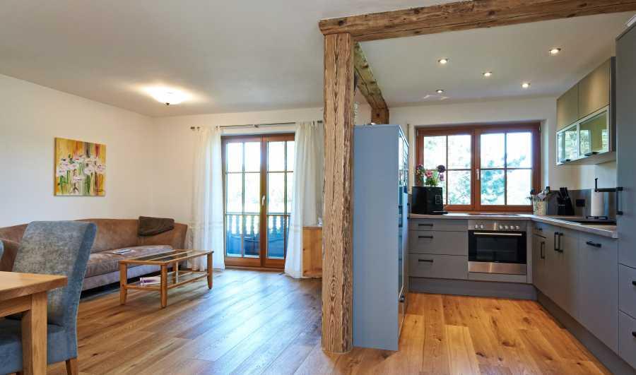 Ferienwohnung mit Ostbalkon: Ess- und Wohnbereich mit Zugang zum Balkon