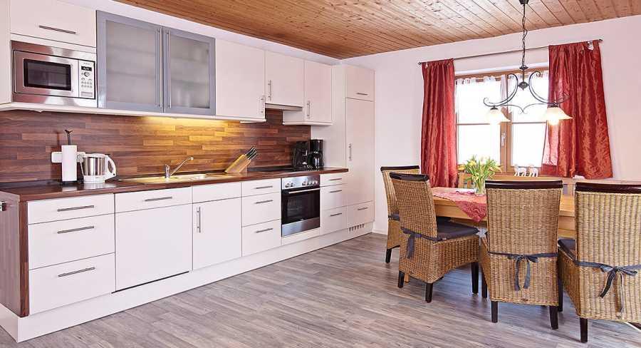 Ferienwohnung mit Südbalkon: große Küche mit Essecke